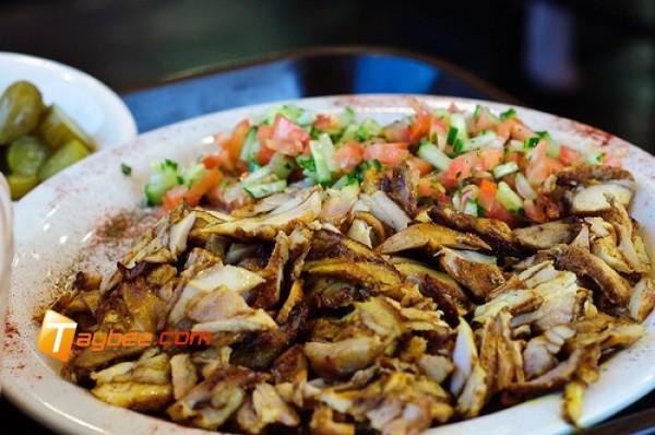 شاورما اللحم بالخبز العربي