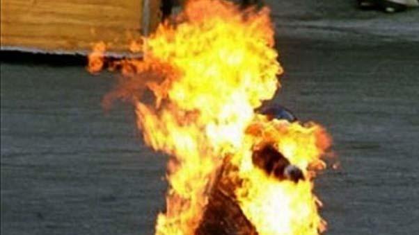 شاب تونسي عاطل عن العمل يضرم النار في نفسه بقلب العاصمة